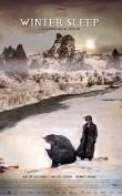 Emisión: Febrero 15 de 2015 Aydin, un actor jubilado, dirige un hotelito en Anatolia central con la ayuda de su joven esposa, de la que está muy distanciado, y de su hermana, una mujer triste porque se acaba de divorciar. En invierno, a medida que la nieve va cubriendo la estepa, el hotel se convierte en su refugio y en […]